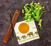 绿茶、香火棍子和持有人,菩提树花束开花 在石背景的东方构成 平的位置 库存图片