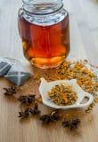 茶、素食主义者曲奇饼、桔子和茴香在木b 库存照片