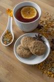 茶、素食主义者曲奇饼、桔子和茴香在背景 免版税库存图片