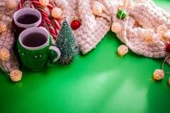 茶与一条围巾的在圣诞节背景 免版税库存照片