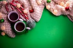 茶与一条围巾的在圣诞节背景 免版税库存图片