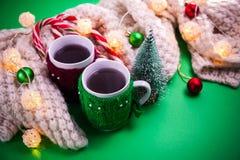 茶与一条围巾的在圣诞节背景 库存照片