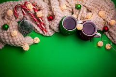 茶与一条围巾的在圣诞节背景 库存图片