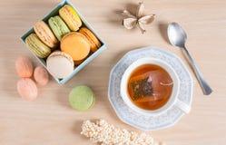 茶与五颜六色的法国macaron的 顶视图 库存图片
