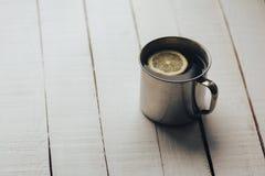 茶与切片的在白色葡萄酒土气木背景的柠檬 图库摄影