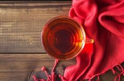 茶与在老木桌上的 季节性放松概念 库存图片