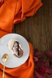 茶与狂放的葡萄秋叶的  免版税库存图片