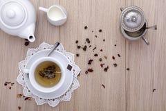 茶与茶壶,牛奶,糖的,在木 免版税库存照片