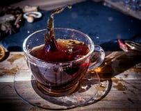 茶与飞溅的 免版税库存照片