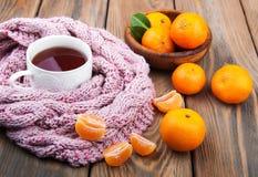 茶与围巾和蜜桔的 免版税库存图片