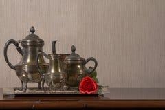 茶具和红色玫瑰在左边 库存照片