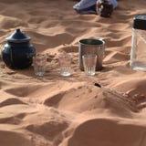 茶具在沙漠 库存图片
