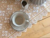 茶具是灰色的在木背景 茶壶,盛奶油小壶,杯和 库存图片