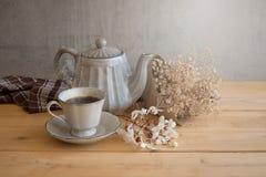 茶具是灰色的在木背景 茶壶,盛奶油小壶,杯和 图库摄影