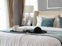 茶具黑盘子与白色和绿色枕头的在经典样式卧室内部 免版税库存照片