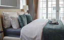 茶具黑盘子在经典样式卧室在家 免版税图库摄影