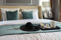 茶具黑盘子在经典样式卧室 免版税图库摄影