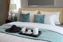 茶具黑盘子在经典样式卧室 免版税库存图片