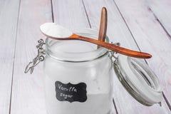 茶匙在一个玻璃瓶子安置的香草糖用香草糖 免版税库存图片