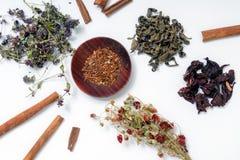 茶另外钟声在白色背景的:绿茶,红色茶, 库存照片