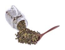 茶叶在一个玻璃水罐和在被隔绝的一把木匙子 库存照片