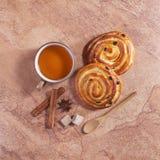 茶和两个小圆面包 库存图片