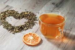 茶和叶子的心脏 免版税库存图片