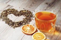 茶和叶子的心脏 库存图片