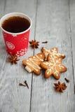 茶和圣诞节曲奇饼在木背景 免版税图库摄影