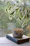 茶和在葡萄酒样式的一本书 免版税库存照片