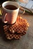 茶和奶蛋烘饼在日落 库存图片