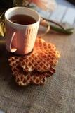 茶和奶蛋烘饼在日落 库存照片