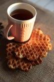 茶和奶蛋烘饼在日落 免版税库存图片