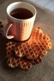 茶和奶蛋烘饼在日落 免版税库存照片
