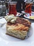 茶和小馅饼一顿传统土耳其早餐 免版税库存照片