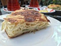 茶和小馅饼一顿传统土耳其早餐 库存照片