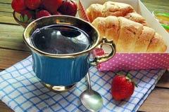 茶和新月形面包 免版税图库摄影