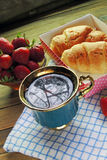 茶和新月形面包 库存图片