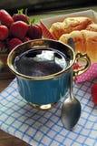茶和新月形面包 免版税库存照片