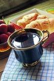 茶和新月形面包 库存照片