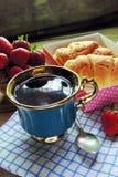 茶和新月形面包 图库摄影