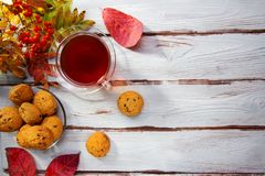茶和曲奇饼在木桌上 免版税库存图片