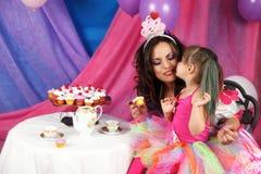 茶和杯形蛋糕党亲吻 库存图片