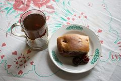 茶和樱桃饼 库存图片