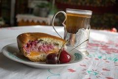 茶和樱桃饼 免版税图库摄影