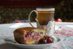 茶和樱桃饼 免版税库存照片