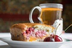 茶和樱桃饼 图库摄影