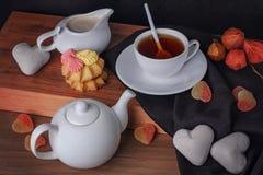 茶和橘子果酱在桌上 免版税图库摄影