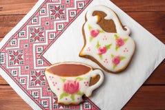 茶和水罐曲奇饼与玫瑰的牛奶 库存图片
