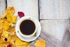 茶和温暖的sviter在木土气背景 库存照片